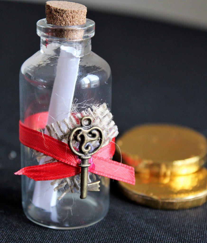 Et puis, comme Liliane, c'est une passionnée des petits détails mignons tout plein, elle a décidé d'orner la bouteille d'un ruban rouge et d'une clé... Mais, si vous n'en trouvez pas, ce n'est pas grave, l'effet sera là, promis!