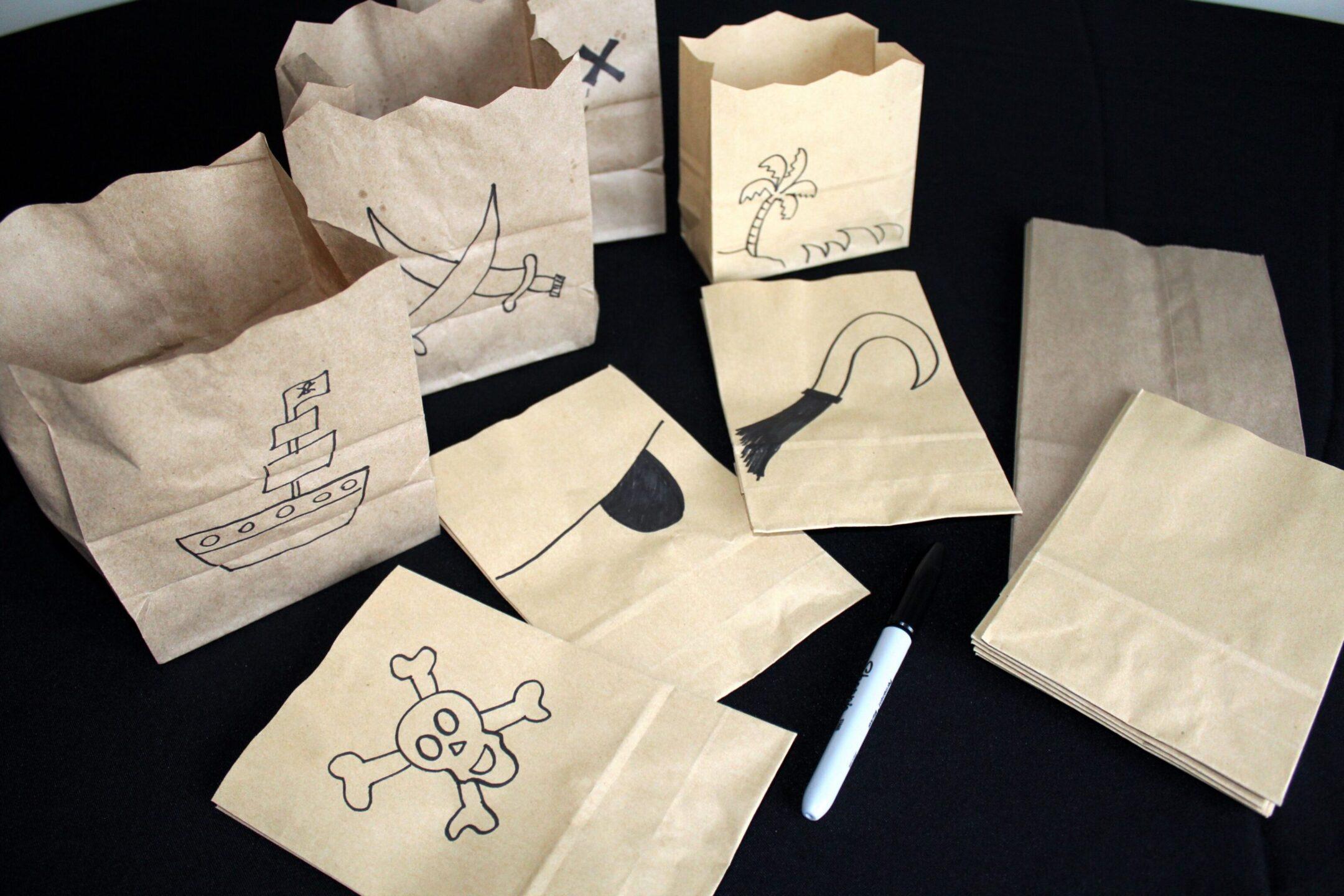 """Pour le bar à pop corn, à vos crayons! Tout ce que ça vous prend, ce sont des petits sacs bruns qu'on trouve au """"Dollorama"""" ou des paniers aux formes amusantes! Oui, mais, c'est qu'elle est talentueuse cette Lili! Comment on s'en tire, nous, pour faire tous ces jolis dessins? Moi, je vote pour le bandeau ultra facile ou même, le crochet..."""