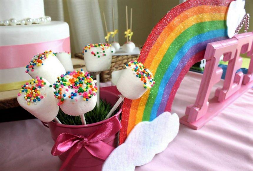 Les guimauves arc-en-ciel, toujours une bonne idée! Du chocolat fondu, des petits bonbons et hop! C'est tout... et c'est fou comme elles plaisent!