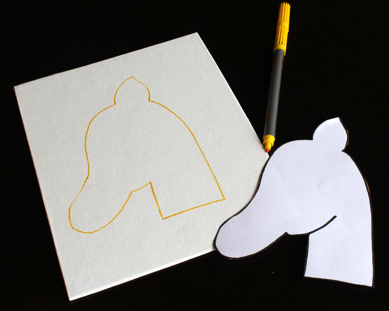 On trace notre tête de licorne sur le morceau de feutrine blanc...