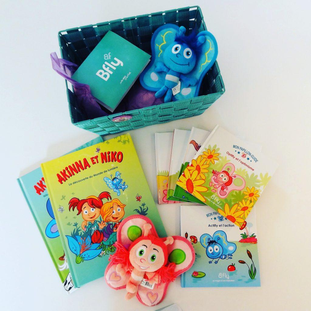 Ces temps-ci, les petits livres sur les papillons offerts par Bfly ont vraiment la cote... Elle aime bien aussi la boîte colorée et les peluches qu'elle s'amuse à faire parler...