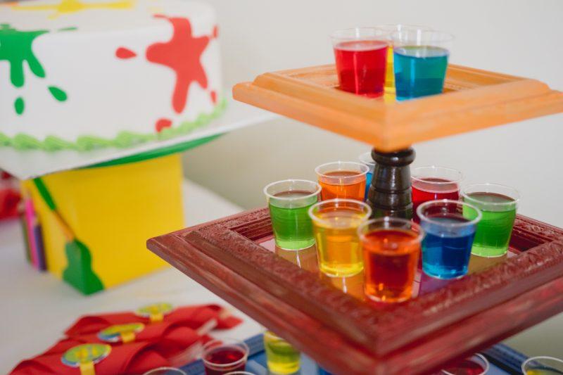 Un présentoir de petits jus colorés pour évoquer l apeinture à l'eau, quelle bonne idée ! Crédit : Adèle Photographie