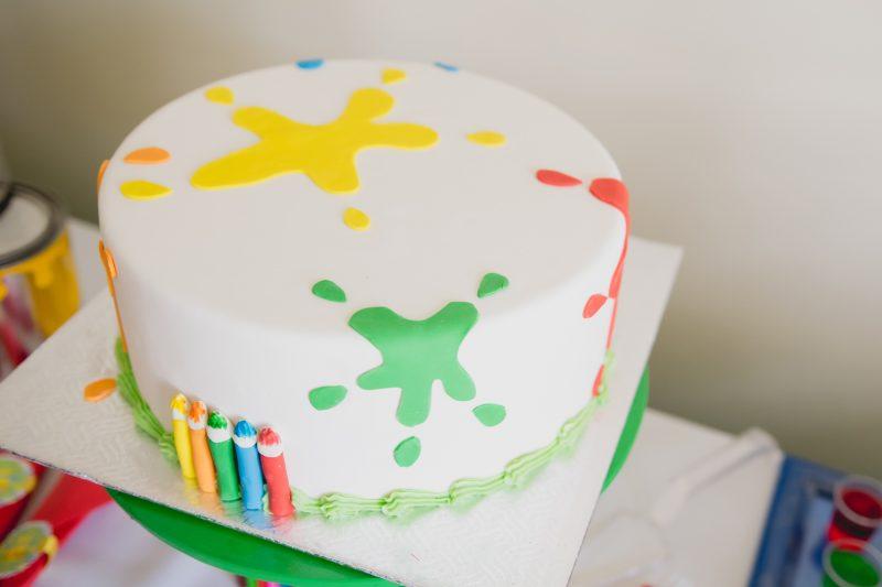 Et pour ce gâteau multicolore orné de crayons tout mimis... Crédit : Adèle Photographie
