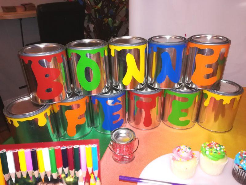 """Je craque pour cette manière originale de dire """"bonne fête"""" avec des pots de peinture vides !"""