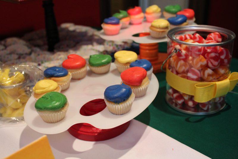 Des cupcakes, du glaçages aux teintes franches, semblables aux crayons de couleurs des cocos...