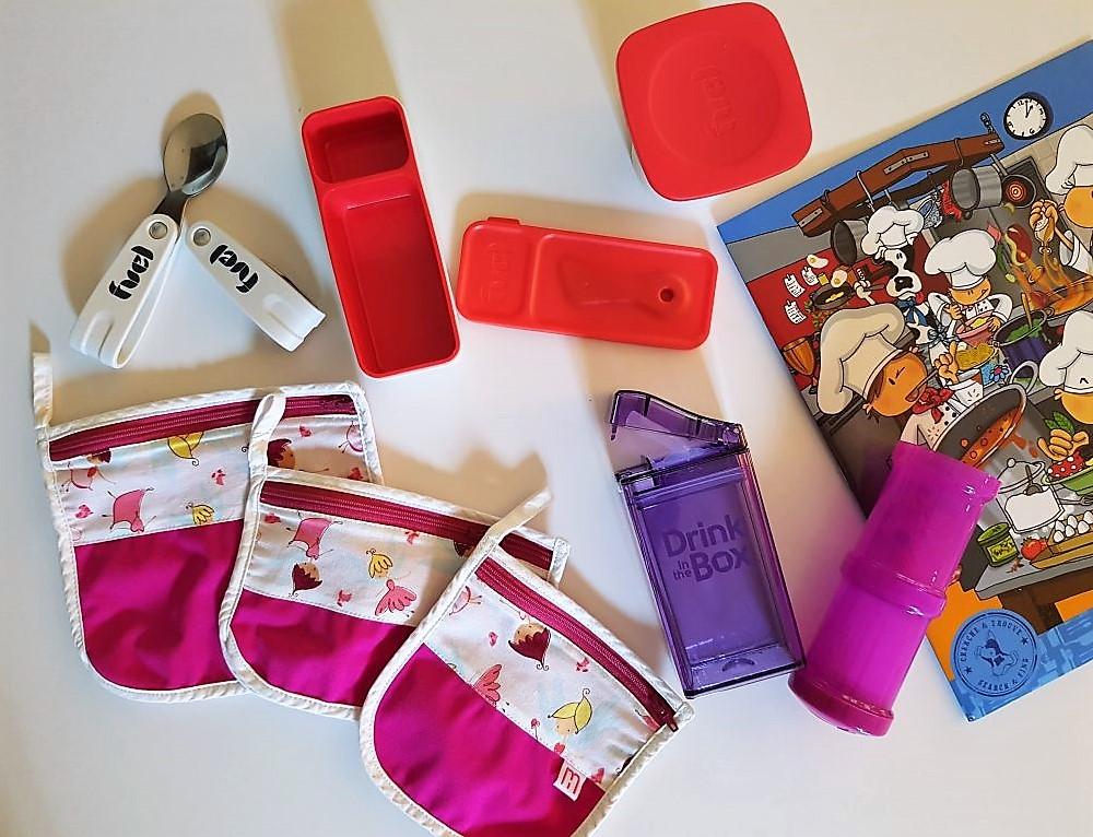 """Voici des éléments provenant de l'ensemble """"full équipé"""" de la Boutique Mère Hélène. Il y a des pochettes en tissu pour sandwichs et crudités, un contenant à tartinade de Fuel, des ustensile rétractables, une """"Drink Box"""" pour remplacer la petite boîte de jus ou la bouteille d'eau, un contenant réfrigérant de Trudeau pour les yogourts, compotes et Cie., etc."""